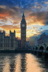 Der Big Ben Turm, das Londoner Wahrzeichen an der Themse, am Westminster Palast bei Sonnenuntergang