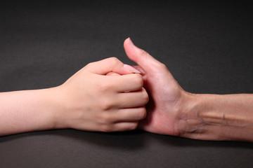 指相撲するシニアと若い女性