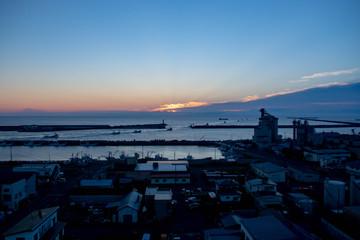 夜明け前の漁港