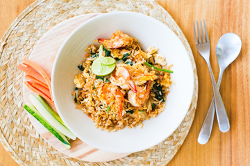 Khao pad with shrimp vegetables cucumber carrot