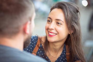 Lächelnde Frau im Gespräch