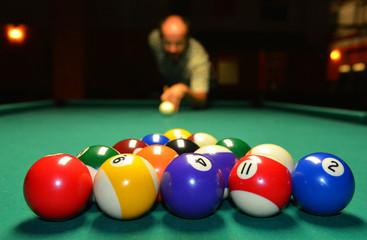 Spieler beim Anstoß im Pool-Billard
