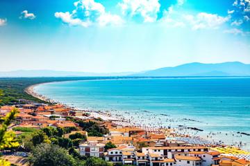 Castiglione della Pescaia, Ligurie, Italie, 20 août 2018: Vue panoramique des maisons et de la plage Fototapete