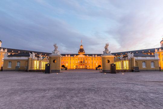 Schloss in Karlsruhe im Sonnenaufgang