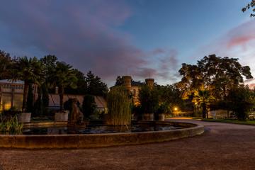 Brunnen und Gewächshäuser im botanischen Garten in Karlsruhe am frühen Morgen