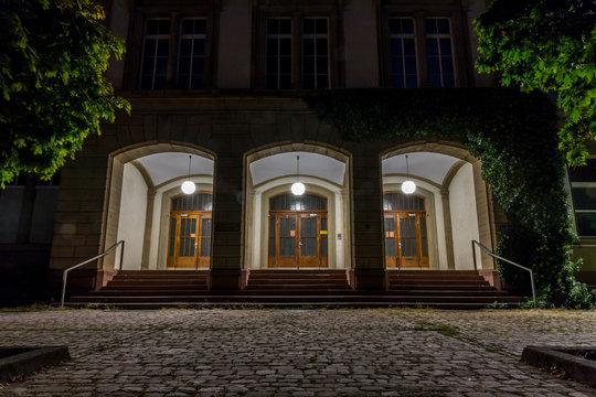 Beleuchteter Eingang zu einer Schule Karlsruhe