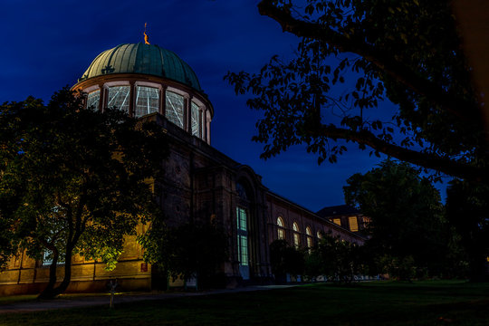 Staatliche Kunsthalle in Karlsruhe am frühen Morgen