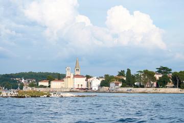 Blick auf die Altstadt von Porec von einem Schiff vom Meer aus