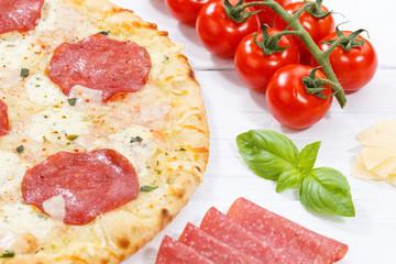 Pizza Salami Zutaten backen auf Holzbrett