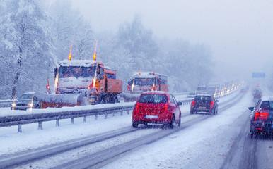 Räumdienst Streufahrzeuge auf Autobahn