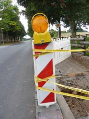 Warnlicht und Schraffenbake Baustelle Zeichen 605-10
