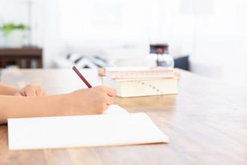 女の子 勉強 手元
