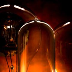 Gros plan sur 3 ampoules vintage sur fond orange foncé