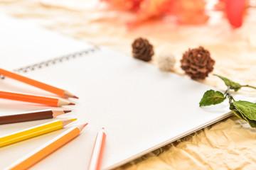 秋イメージ 色鉛筆とスケッチブック
