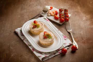 mini cheese cake with shrimp and tomatoes