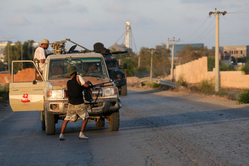 Armed forces allied to internationally recognised government fight with armed group in Tripoli