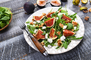 Salad with rucola, figs, feta cheese and walnuts