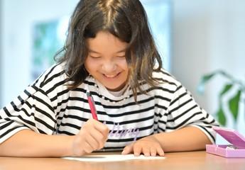楽しく勉強する女の子