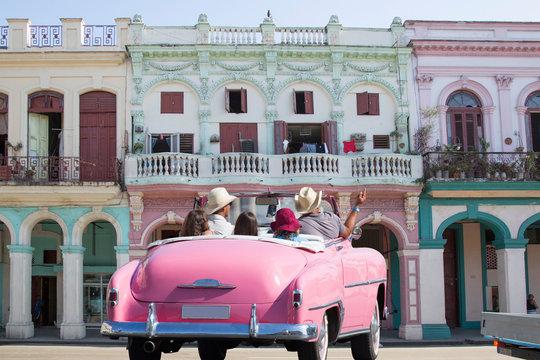 Wunderschönes rosafarbenes Oldtimer-Cabriolet auf Kuba (Karibik)