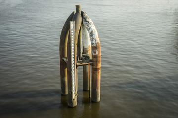 Pegelmesser im Hafenbecken