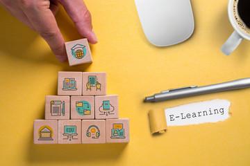 Symbole auf Würfeln zeigen Komponenten des Lernens die zum Abschluss an der Spitze führen