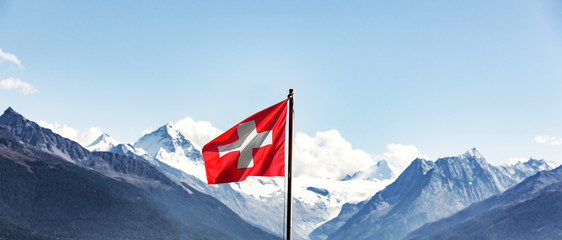 Photo sur Plexiglas Lieu d Europe Schweizer Flagge im Wallis