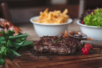 Steak vom Grill BBQ kross gegrillt mit french fries und Salat
