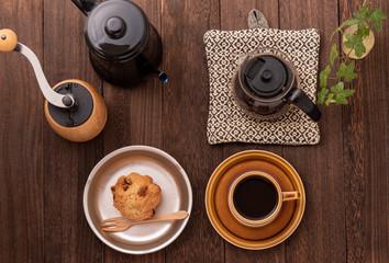 コーヒー、カップ、コーヒーミル、ケトル、サーバー、鉄の食器、マフィン