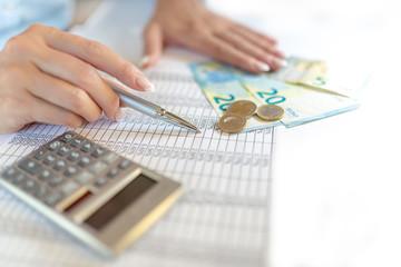 Rechnungen, Abrechnung, Frauenhand, Kalkulation