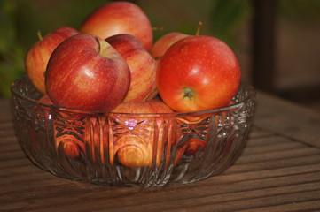 Rote Äpfel in der Schale