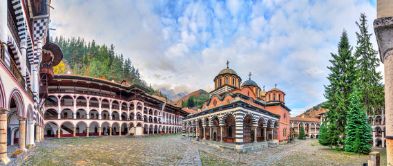Fototapeta Beautiful panoramic panorama of the Orthodox Rila Monastery, a famous tourist attraction and cultural heritage monument in the Rila Nature Park mountains in Bulgaria
