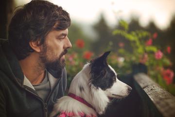 Mann mit Hund am Balkon