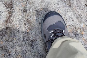 岩を登る登山靴