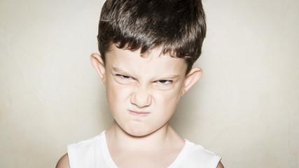 Niño con gesto enfadado