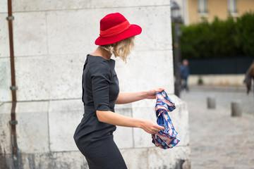 feutre rouge et foulard