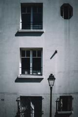 Façade d'immeuble parisien et lampadaire, Montmartre, Paris
