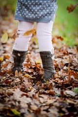 Mädchen mit Herbstblättern