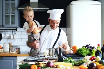 Papa en zoontje koken avondeten