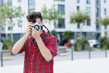 Mann macht Bilder mit Retro Kamera