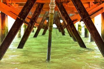 Vista de casco de barco na água