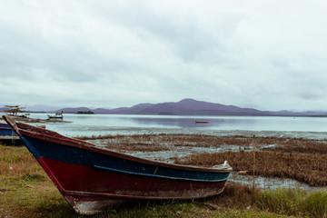 Canoa de pesca na beirada da praia