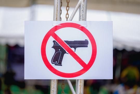 Warning sign Do not carry guns seen in public.