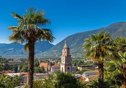 Kirche Sankt Nikolaus mit Blick über Meran, Südtirol