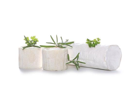 fromage de chèvre sur fond blanc