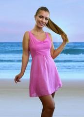Frau im rosa Kleid