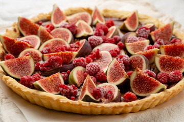 Sweet pie with raspberry and figs