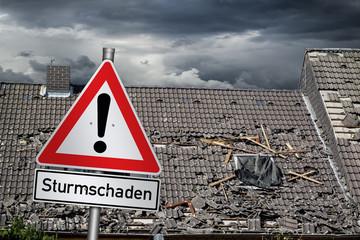 Photo sur Toile Tempete Achtung Sturmschaden warnschild vor zerstörtem abgedecktem dach unwetter naturkatastrophe sturm konzept hintergrund