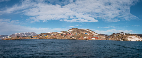 Ingelijste posters Poolcirkel settlement of Ittoqqortoormiit with colorful houses, eastern Greenland at the entrance to the Scoresby Sound fjords - panoramic view