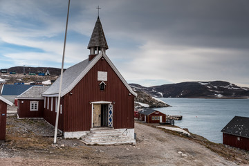 Ingelijste posters Poolcirkel church of Ittoqqortoormiit, eastern Greenland at the entrance to the Scoresby Sound fjords