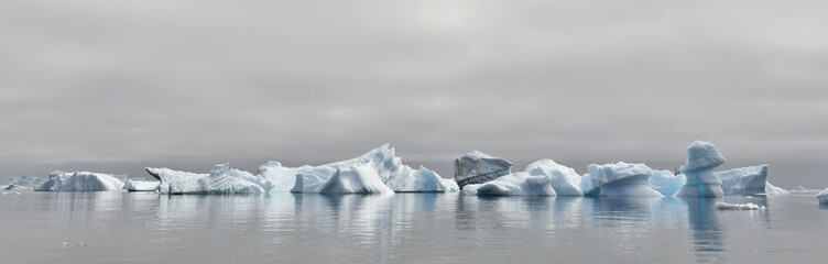 Foto auf Gartenposter Antarktika Iceberg floating in the water off the coast of Greenland. Nature and landscapes of Greenland.
